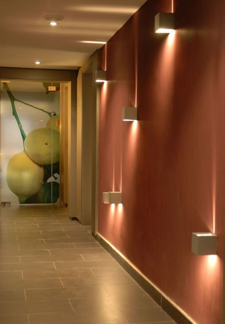 идеи дизайна коридора фото подсветка кирпичный цвет