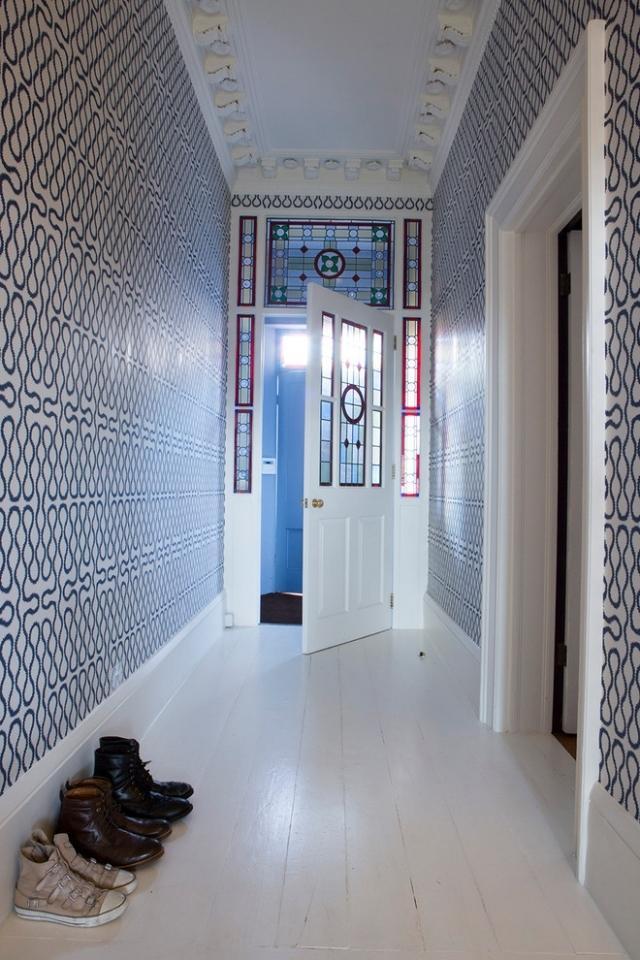 идеи дизайна коридора фото прихожая черно-белые обои узор