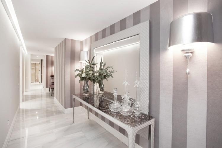 идеи дизайна коридора фото серебристо-белые обои в полоску вертикальную