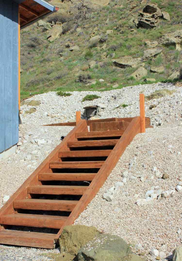 идея садовой деревянной лестницы своими руками на крутом склоне