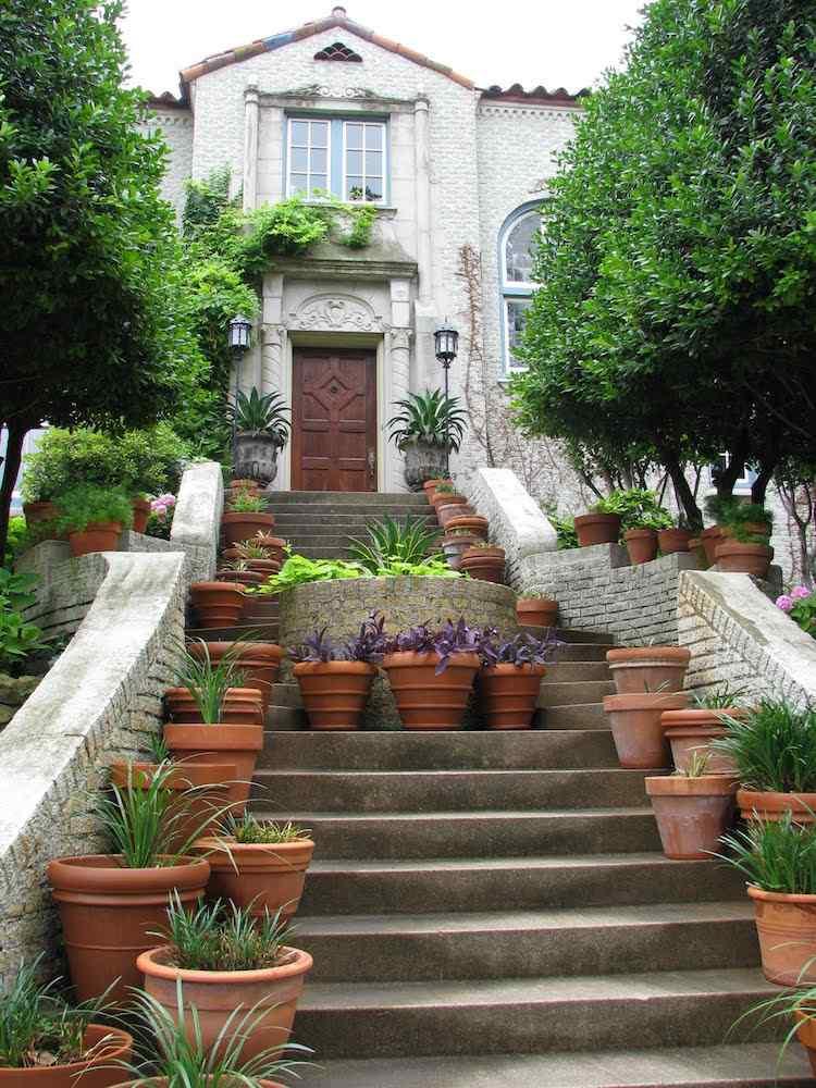 идея садовой лестницы своими руками бетонной с цветочными горшками