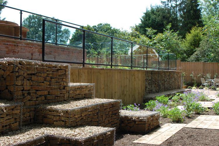 идея садовой лестницы своими руками габионы с щепками
