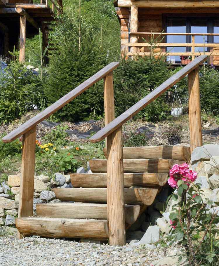 идея садовой лестницы своими руками из бревен