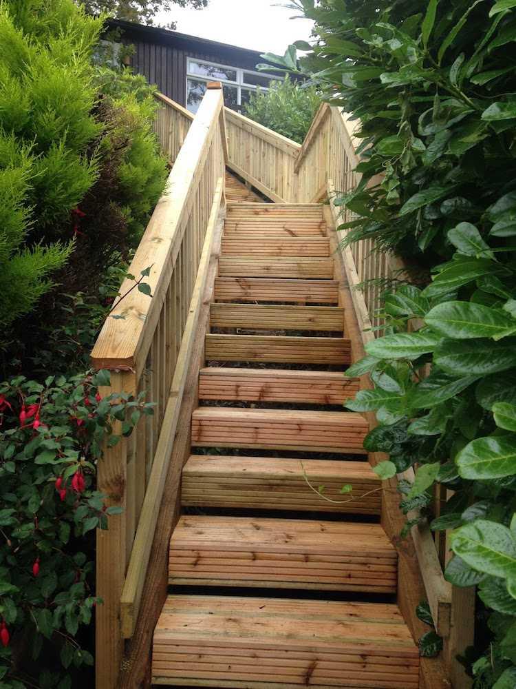 идея садовой лестницы своими руками из дерева на склоне