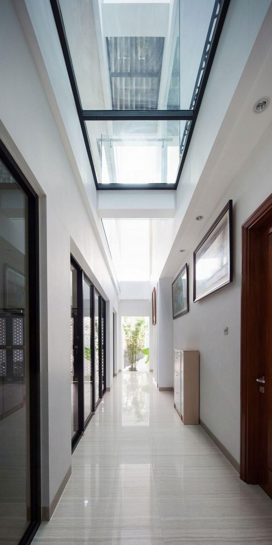 идея современного дизайна потолка фото стеклянный потолок в коридоре