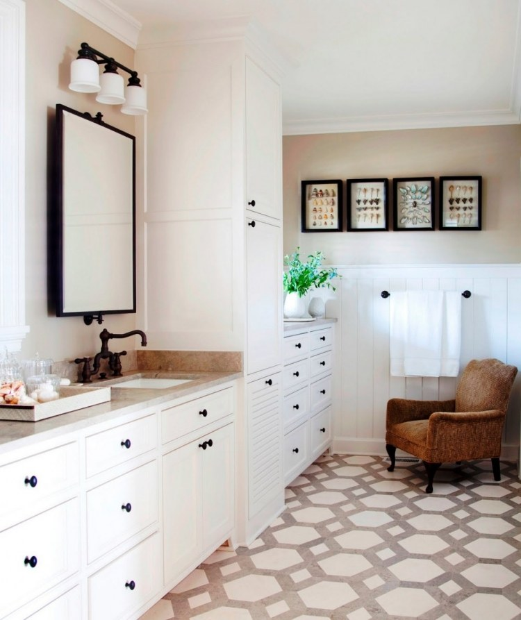 комната ванная ретро стиль фото белая мебель черные ручки кресло
