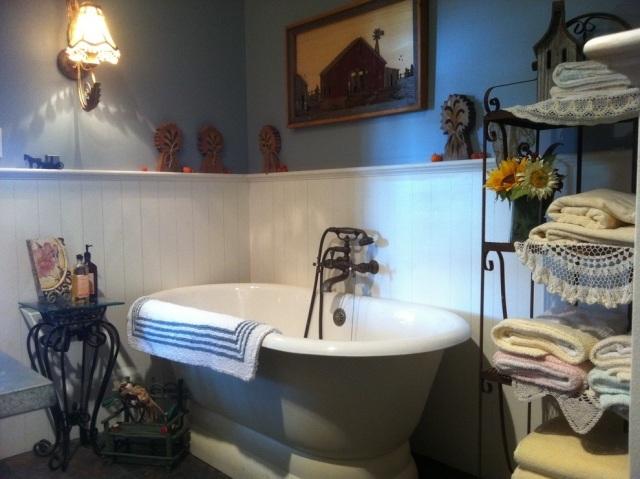 комната ванная ретро стиль фото темные стены белые панели серая ванная
