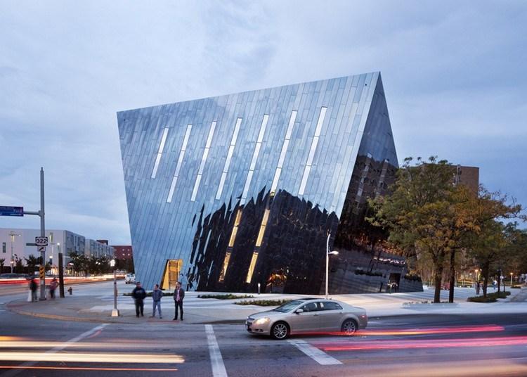 современный фасад зеркальный фото музей современного искусства кливленд огайо