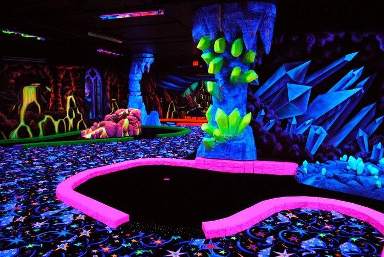 светящееся поле для мини-гольфа фото неоновые краски оформление