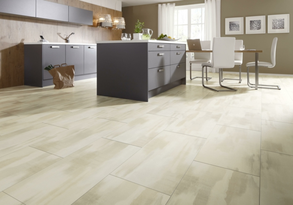 белый ламинат в интерьере кухни фото темная мебель