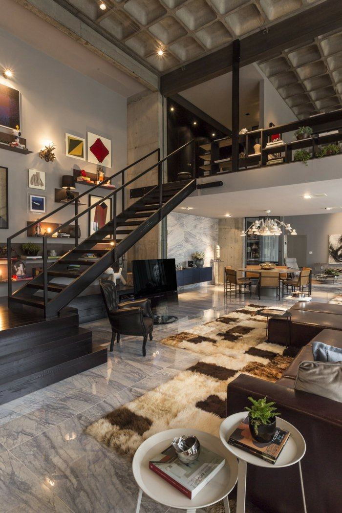 интерьер квартиры в стиле лофт фото гостиная черная лестница мраморный пол