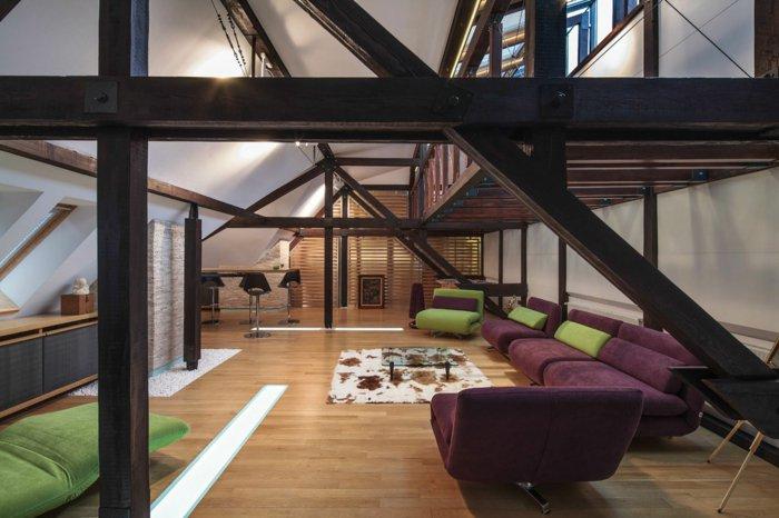 интерьер квартиры в стиле лофт фото гостиная просторная фиолетовый диван