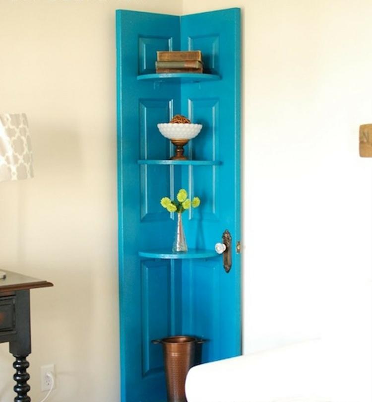 как оформить угол в комнате фото декорировать стеллаж из старой двери