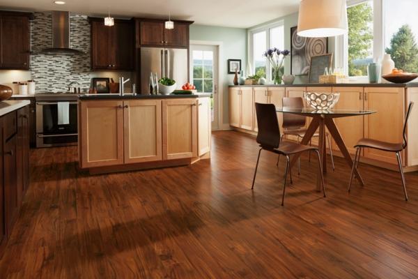коричневый ламинат в интерьере кухни фото бежевая мебель мятные стены
