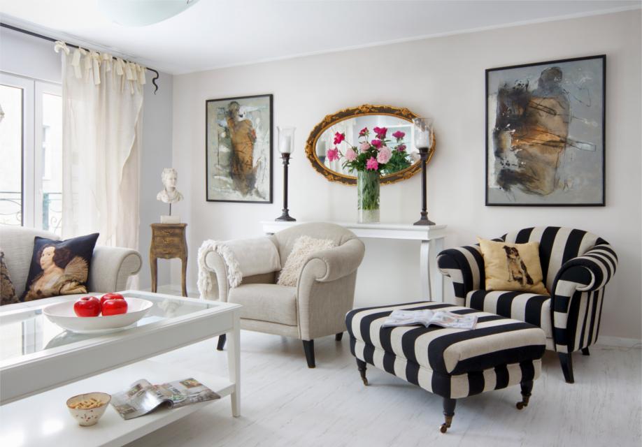 можно в классическом стиле в интерьере фото гостиная аксессуары кресла картины