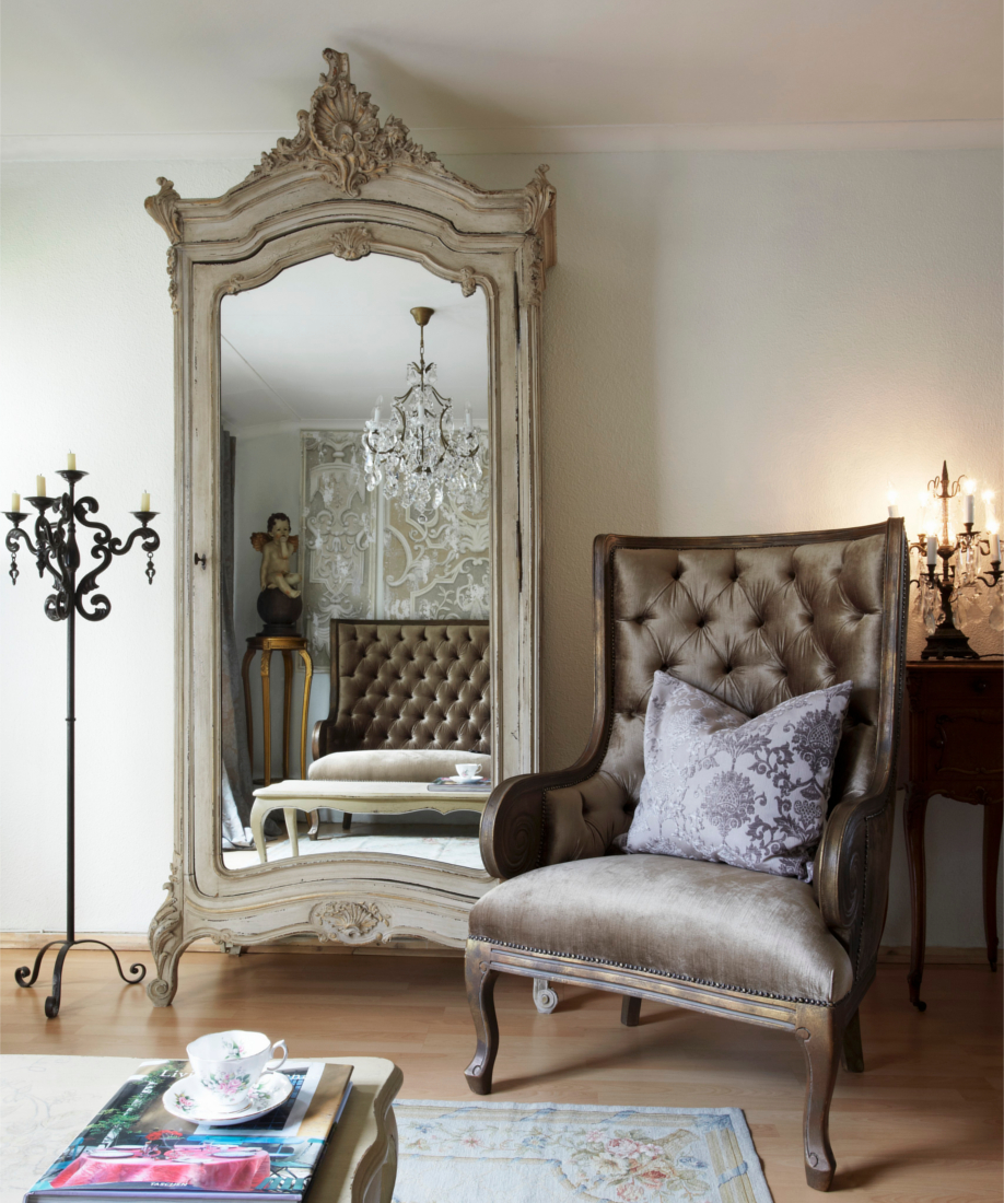 можно в классическом стиле в интерьере фото спальня бархатное кресло зеркало