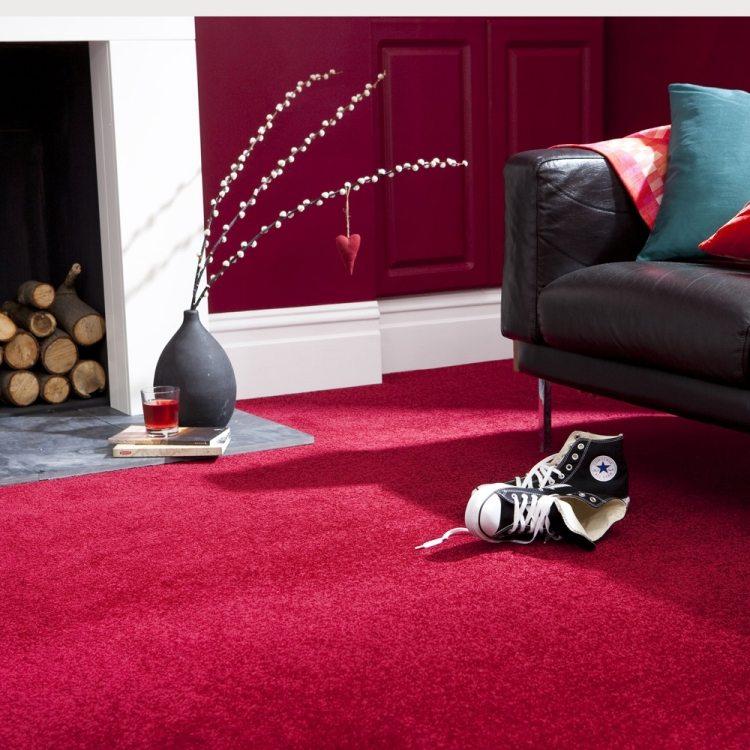 розово красный ковролин в интерьере фото палас на пол гостиная камин черный диван