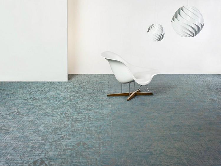 серо голубой ковролин в интерьере фото палас на пол