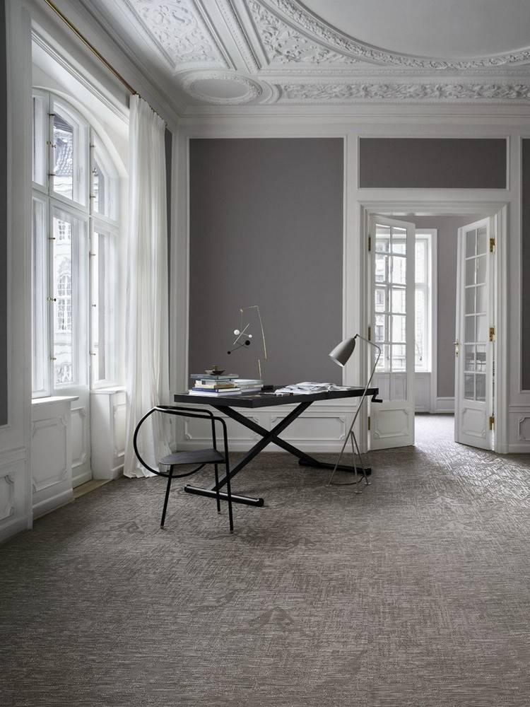 серый ковролин в интерьере фото палас на пол кабинет лепнина стены
