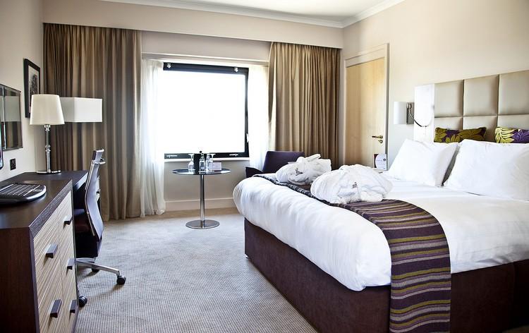 серый ковролин в интерьере фото палас на пол комната в отеле
