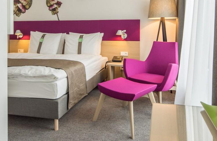 серый ковролин в интерьере фото палас на пол кресло фуксия спальня