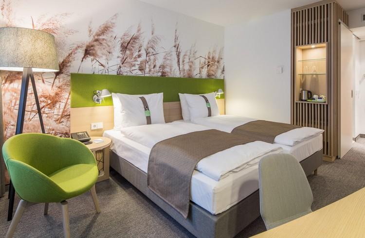серый ковролин в интерьере фото палас на пол спальня отель