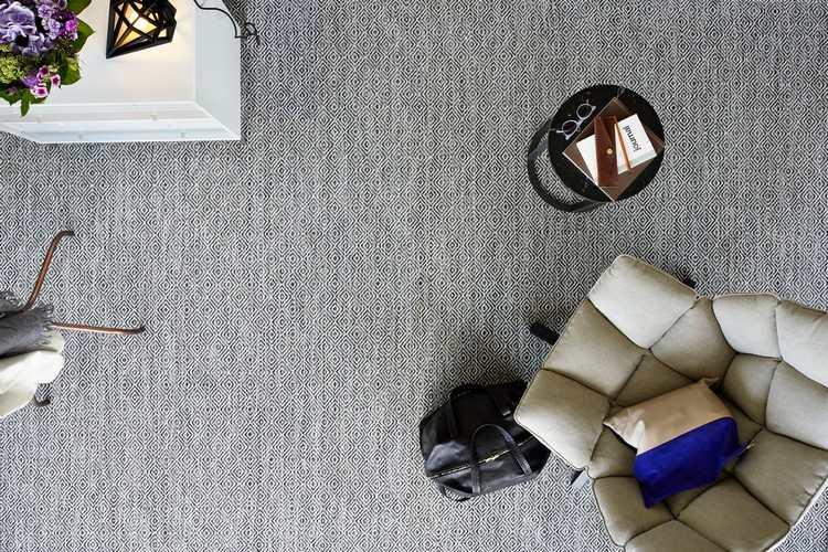серый ковролин в интерьере фото палас на пол в мелкий рубчик