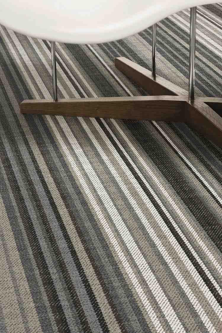 серый ковролин в интерьере фото палас на пол в полоску