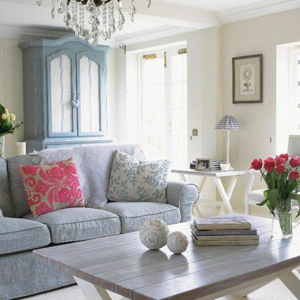 современный кантри стиль в гостиной фото серый диван