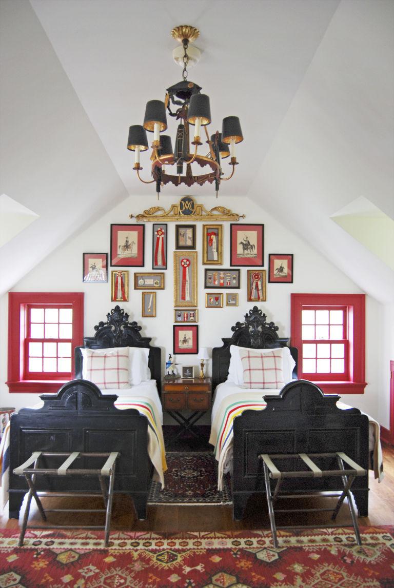 стиль кантри в спальне черная кровать фото картины на стене