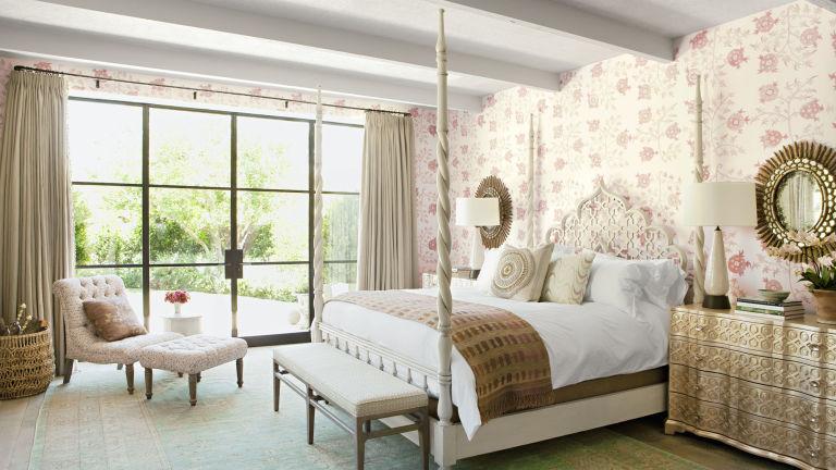 стиль кантри в спальне фото цветочные обои