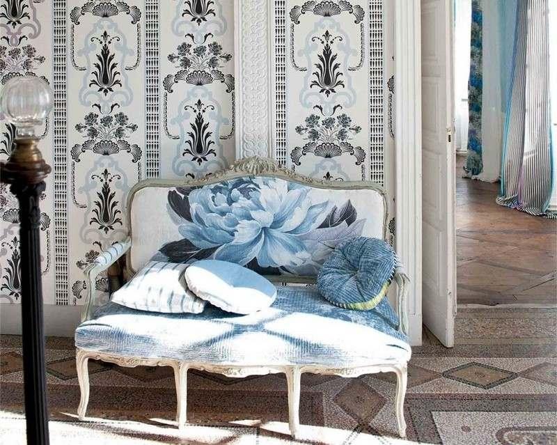 стиль шебби шик в интерьере гостиной фото диван обои цветочный узор аксессуары декор