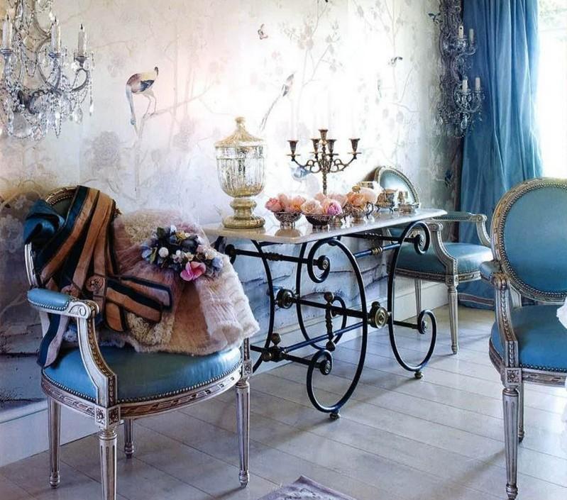 стиль шебби шик в интерьере гостиной фото классические стулья кристальные бра