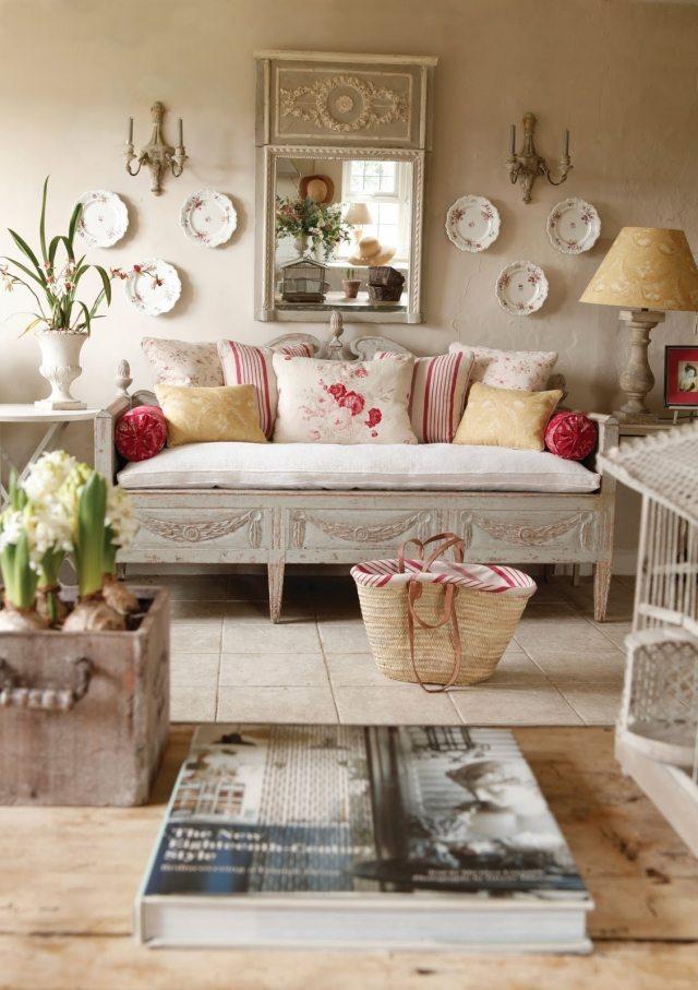 стиль шебби шик в интерьере гостиной комнаты фото аксессуары тарелки на стене декор
