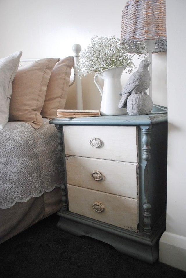стиль шебби шик в интерьере спальни фото цветы тумбочка декор комнаты аксессуары