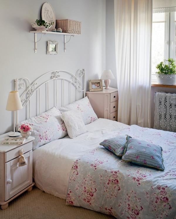 стиль шебби шик в интерьере спальни фото комнаты железная кровать покрывало розы