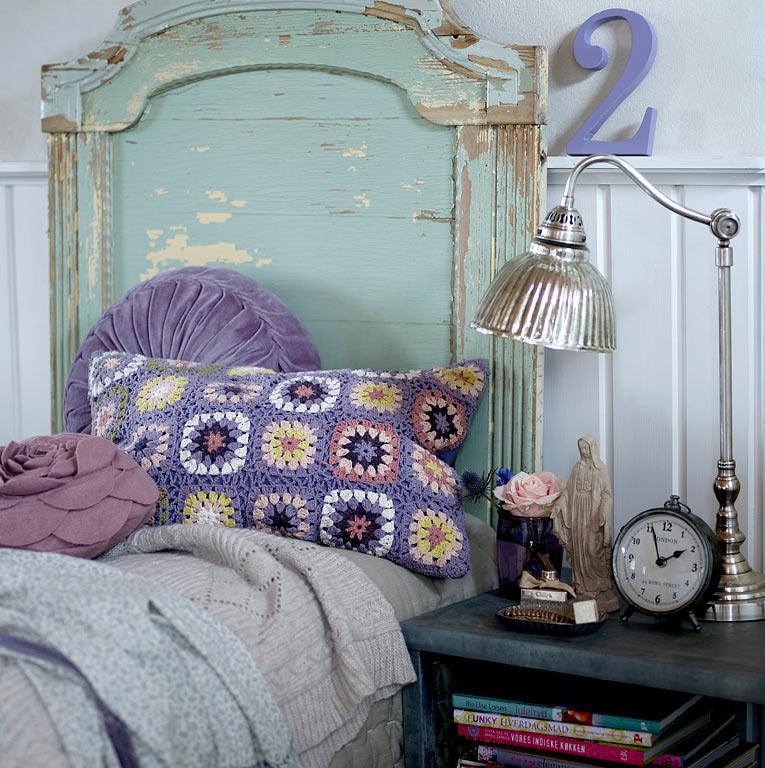 стиль шебби шик в интерьере спальни фото вязаная подушка блестящая лампа
