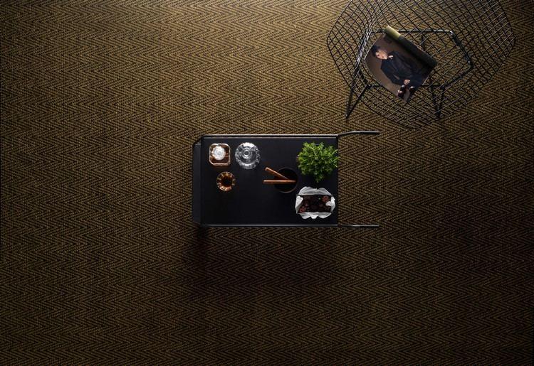 темный золотистый ковролин в интерьере фото палас на пол