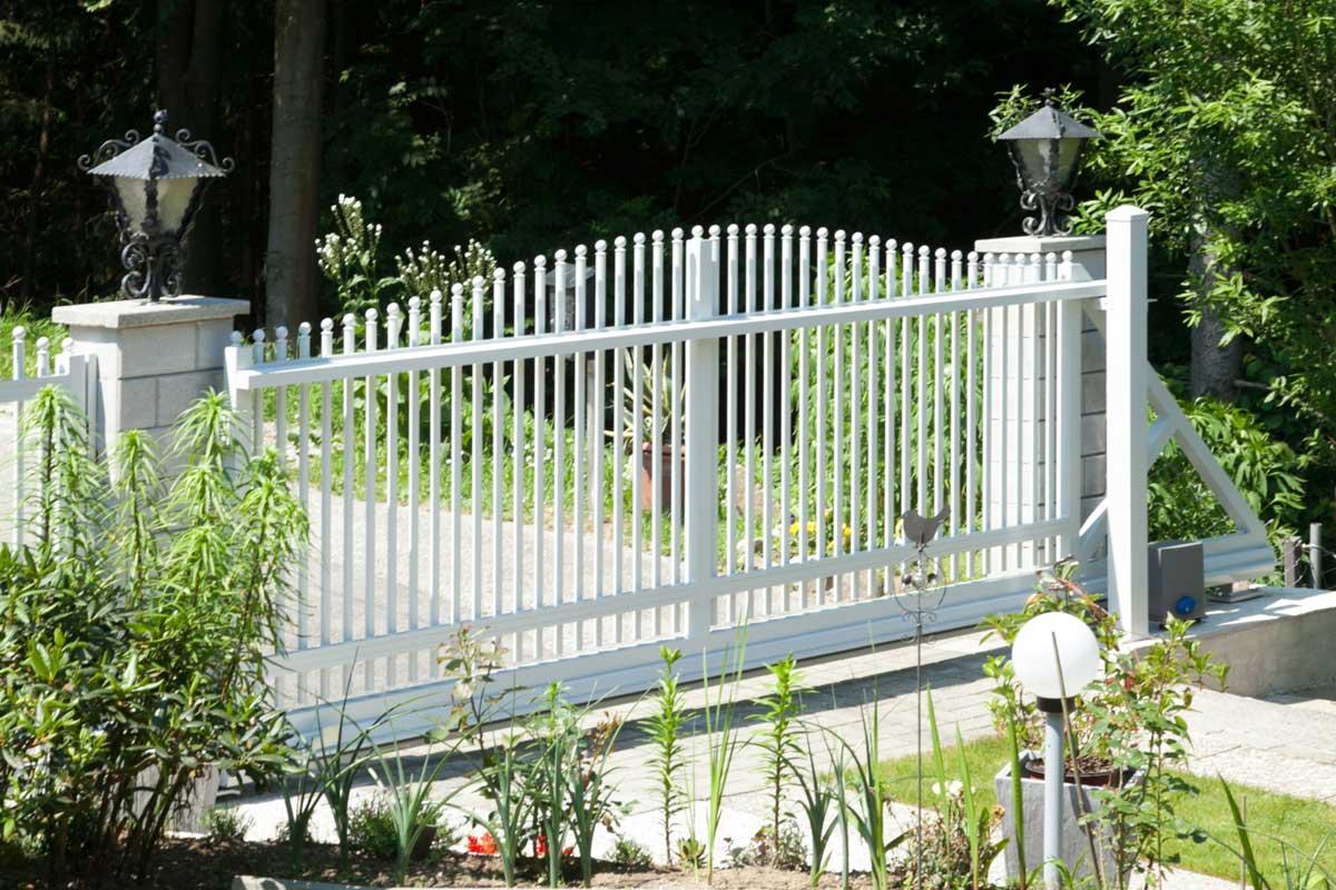 белые откатные ворота фото металлические