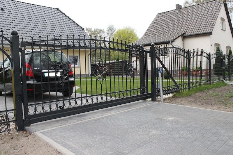 кованые металлические откатные ворота фото черные с узорами