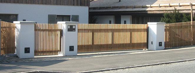 низкие деревянные откатные ворота фото частный дом