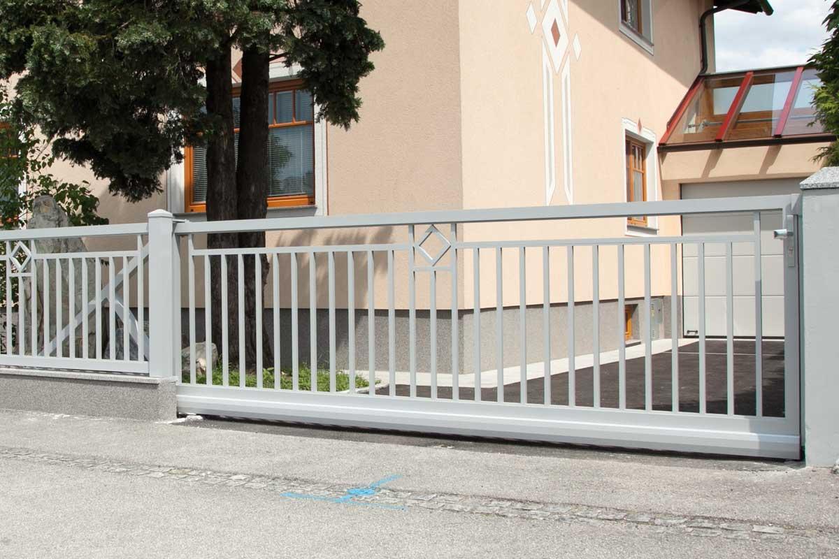 низкие откатные ворота фото из металла серые частный дом