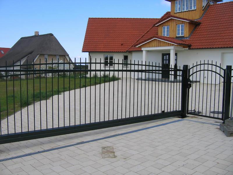 откатные ворота фото металлические черные частный дом