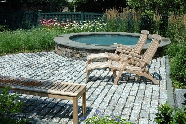 pflastersteine-verlegen-klein-pool-rund-form-lounge-holz-liegestuhle-entspannende-atmosphare