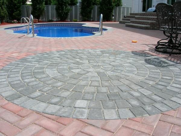 pflastersteine-verlegen-modern-design-pool-bereich-pflaster-rund-form-zwei-farben