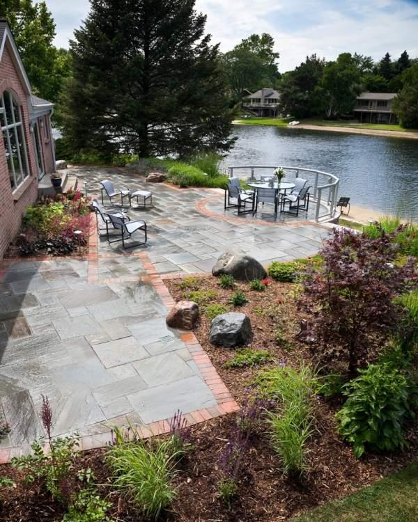 pflastersteine-verlegen-outdoor-bereich-pflastern-terrasse-mobel-dekoration