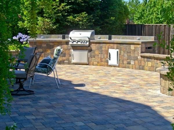 pflastersteine-verlegen-outdoor-kuche-praktisch-schon-erscheinungsbild-design-einladend