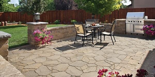 pflastersteine-verlegen-patio-bereich-gemutlich-gestaltung-ideen-blumen-kochbereich