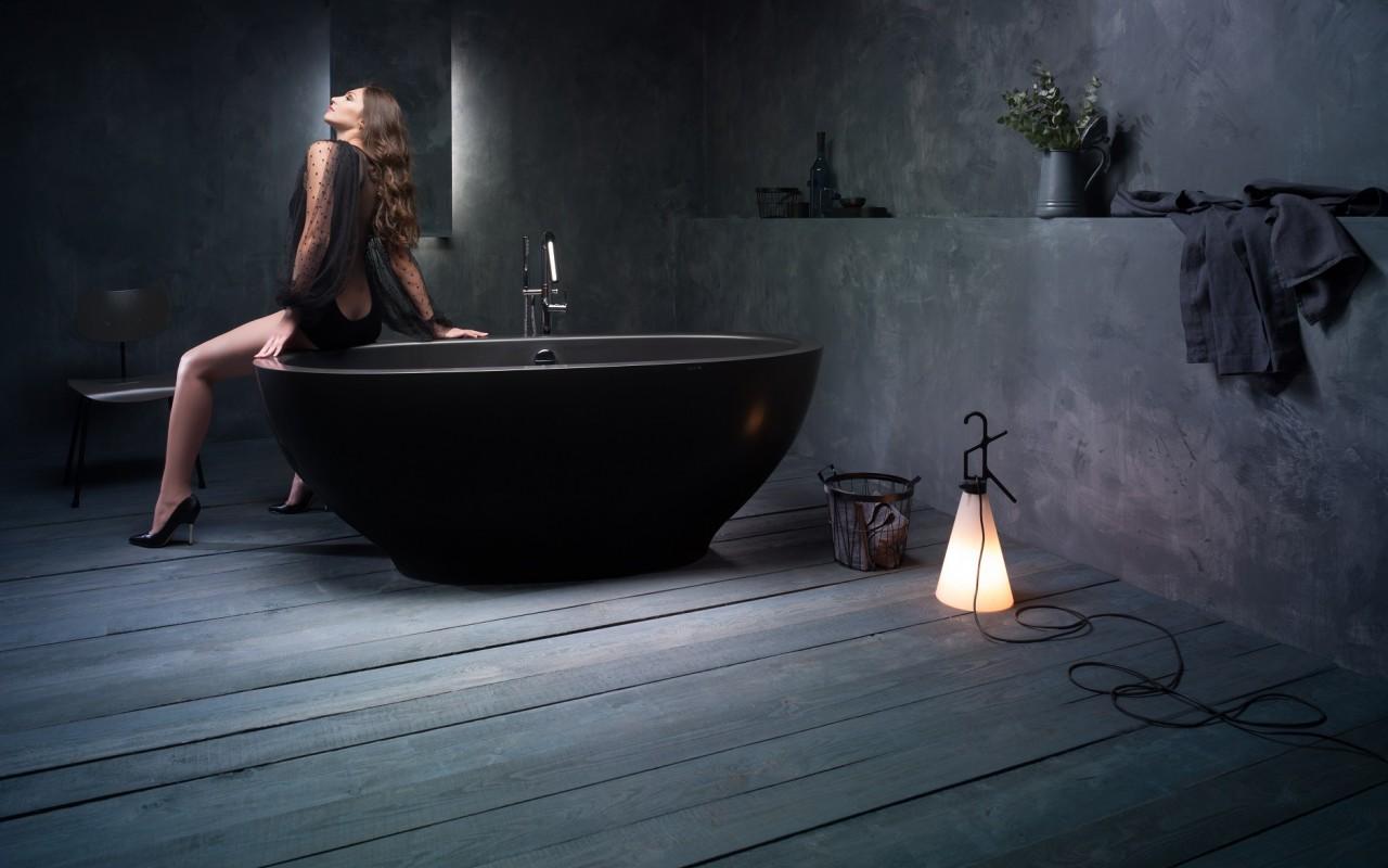 Красивая черная ванна из литого камня 3